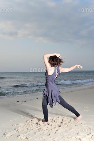 宮古島/ビーチの若い女性の写真素材 [FYI04099866]