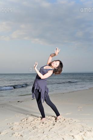 宮古島/ビーチの若い女性の写真素材 [FYI04099869]
