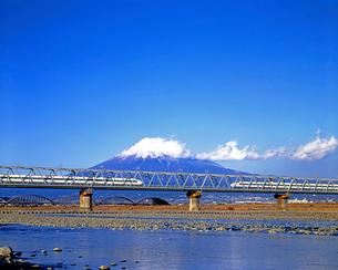 旧型車両100系の東海道新幹線と富士川鉄橋と富士山の写真素材 [FYI04099929]