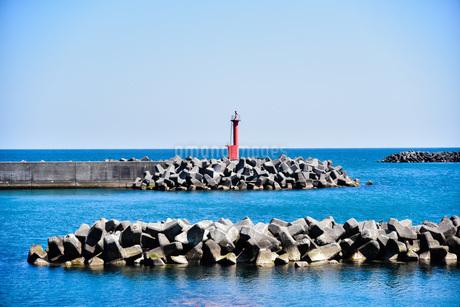 青い海と赤い灯台の写真素材 [FYI04100159]