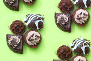 緑バックのチョコケーキの写真素材 [FYI04100270]