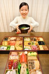 おせち料理を食べる女の子(正月)の写真素材 [FYI04100309]