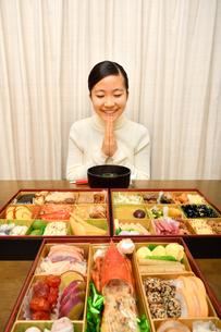 おせち料理を食べる女の子(正月)の写真素材 [FYI04100315]