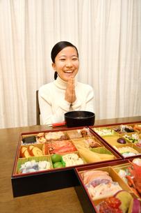 おせち料理を食べる女の子(正月)の写真素材 [FYI04100316]