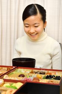 おせち料理を食べる女の子(正月)の写真素材 [FYI04100320]