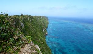 絶壁の海岸とエメラルドグリーンの海の写真素材 [FYI04100442]