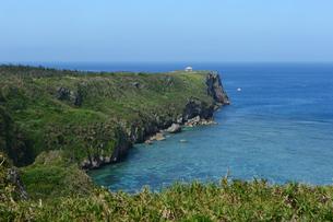 絶壁の海岸と遠浅の海の写真素材 [FYI04100443]