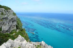 絶壁の海岸とエメラルドグリーンの海の写真素材 [FYI04100444]