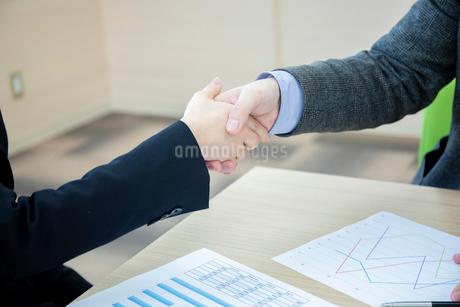 会議室で握手をするビジネスマンの手元の写真素材 [FYI04100491]