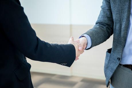 会議室で握手をするビジネスマンの手元の写真素材 [FYI04100493]
