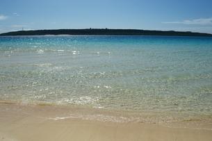 正面に島のあるエメラルドグリーンの海の写真素材 [FYI04100496]