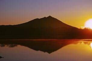 母子島遊水地より望む筑波山の夜明けの写真素材 [FYI04100571]