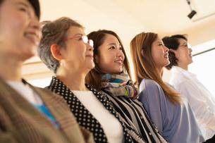 異なる世代の女性5人のポートレートの写真素材 [FYI04100836]
