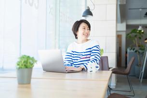 シェアオフィスでノートPCを操作する女性の写真素材 [FYI04100863]