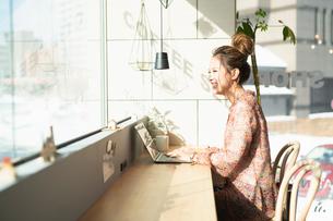 シェアオフィスでノートPCを操作する女性の写真素材 [FYI04100909]