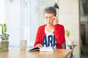 本を読むシニアの女性の写真素材 [FYI04100917]
