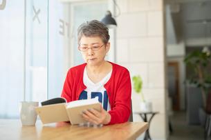 本を読むシニアの女性の写真素材 [FYI04100918]