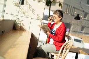 本を読むシニアの女性の写真素材 [FYI04100923]