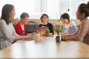 シェアオフィスを利用する女性5人の写真素材 [FYI04100962]