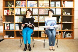 本を読む女性2人の写真素材 [FYI04100989]