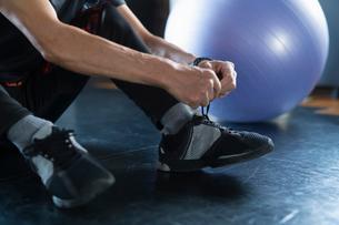 靴ひもを結ぶ男性の手元の写真素材 [FYI04101033]