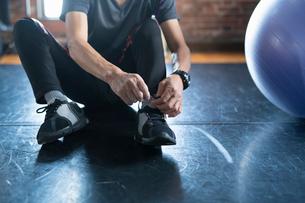 靴ひもを結ぶ男性の手元の写真素材 [FYI04101035]