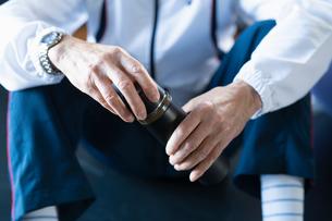 水筒を持つ男性の手元の写真素材 [FYI04101037]