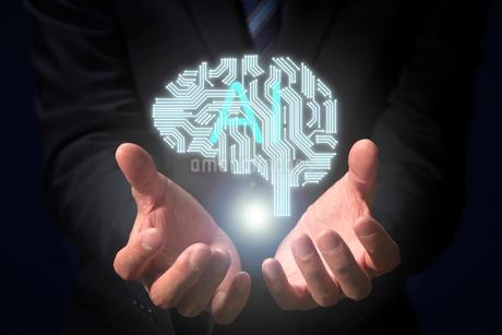 男性の両手から浮かび上がるCGの脳のイラストとAIの文字の写真素材 [FYI04101121]