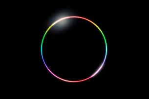 黒い背景に虹色の円の写真素材 [FYI04101128]