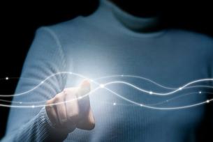 ネットワークの光に触れる女性の写真素材 [FYI04101136]