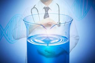 白衣の医者と液体の入ったビーカーと遺伝子のCGの写真素材 [FYI04101142]