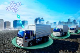 隊列走行しているトラックと衛星のイラストの写真素材 [FYI04101155]
