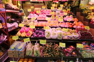 香港・旺角(モンコック/Mong Kok)の市場で売られる野菜や果物。中国だけでなく日本を含む世界中から輸入されているの写真素材 [FYI04101220]