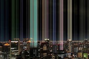 夜の街から出る無数の光の写真素材 [FYI04101301]