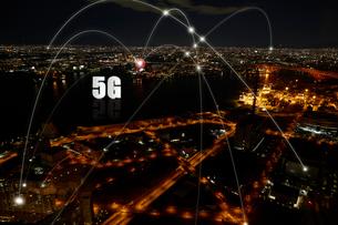 夜の街に飛び回る5Gの光の写真素材 [FYI04101302]