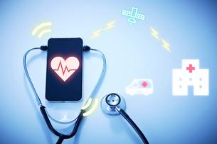 GPSで心拍数を確認する病院と救急車の写真素材 [FYI04101305]