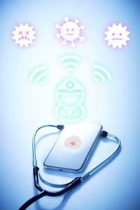 スマートフォンで殺菌する医者の写真素材 [FYI04101306]