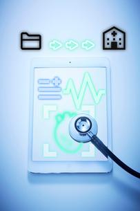 タブレットで心臓などの健康状態を病院に送信の写真素材 [FYI04101307]