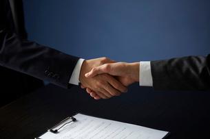 契約成立に伴い固い握手を交わす2人のサラリーマンの写真素材 [FYI04101421]