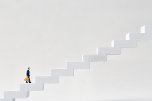 長く大きな階段を登るミニチュアの写真素材 [FYI04101449]