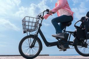 自転車に乗る女性の写真素材 [FYI04101466]