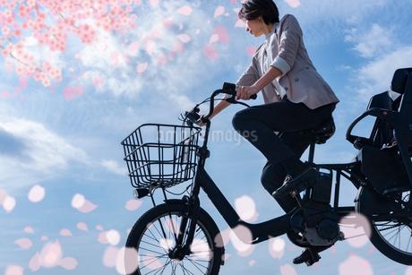 桜の季節自転車で走るの写真素材 [FYI04101473]