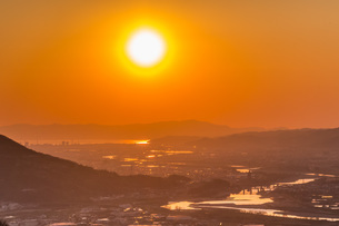 紀の川市から見える和歌山港に沈む夕日の写真素材 [FYI04101527]