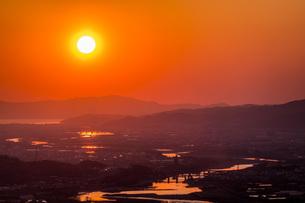 紀の川市から見える和歌山港に沈む夕日の写真素材 [FYI04101531]