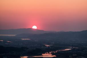 紀の川市から見える和歌山港に沈む夕日の写真素材 [FYI04101532]