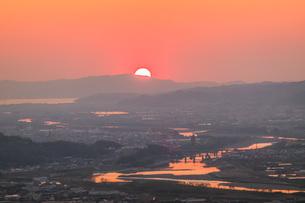 紀の川市から見える和歌山港に沈む夕日の写真素材 [FYI04101533]