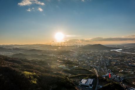 夕日と空とパラグライダーの写真素材 [FYI04101543]
