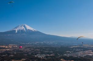 富士山とパラグライダーの写真素材 [FYI04101566]