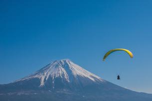 富士山とパラグライダーの写真素材 [FYI04101567]