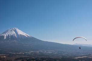 富士山とパラグライダーの写真素材 [FYI04101568]